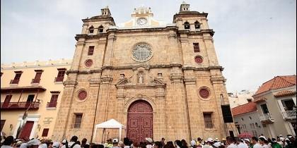 Fieles ante el santuario de San Pedro Claver