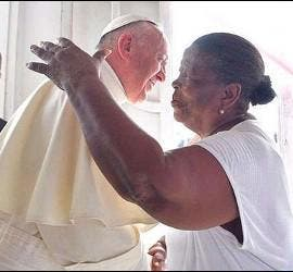 El Papa abraza a Doña Lorenza en Cartagena