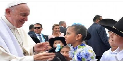El Papa saluda a niños a su llegada a Villavicencio