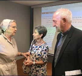 UNa monja habla con Flaminia y Fuentes
