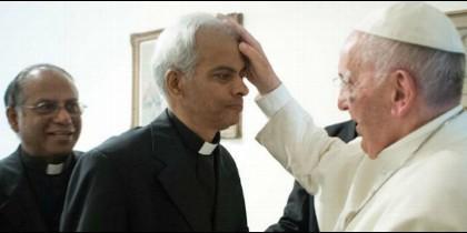 El padre Tom es bendecido por el Papa Francisco