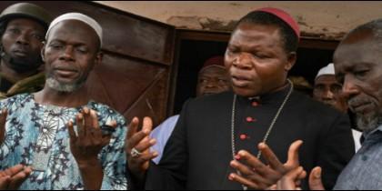 El cardenal Diuedonné Nzapalainga reza con musulmanes en Bangui