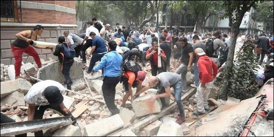 Vecinos de Ciudad de México recogen escombros tras el terremoto.