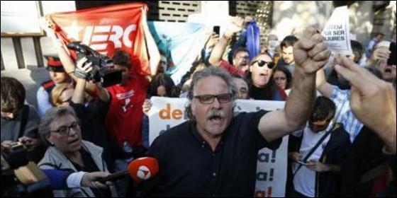 El diputado Tardá y unos pocos independentistas, protestan en la calle.