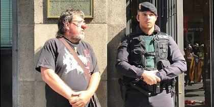 Un manifestante se fotografía junto a un agente con una nariz de payaso