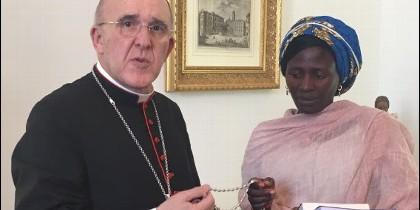 Carlos Osoro junto a Rebeca, víctima de Boko Haram