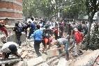 Mexicanos trabajan entre los escombros en Ciudad de México