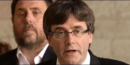 Oriol Junqueras escucha atento las mentiras de Carles Puigdemont.