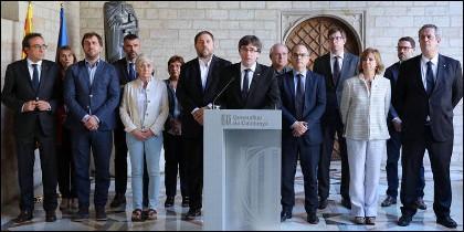 Carles Puigdemont (c), junto a Oriol Junqueras y los miembros del Gobierno autonómico de Cataluña.,