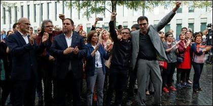Josep Maria Jove recibido por otros 'golpistas' catalanes a la puerta del juzgado.