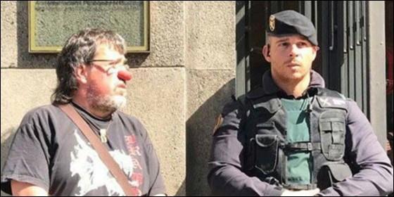 Jordi Pesarrodona, concejal de ERC, haciendo el payaso al lado de un guardia civil.