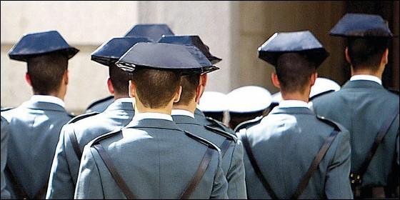 Agentes de la Guardia Civil con tricornio y uniforme de gala.