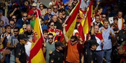 Los 'nazis' protestando contra la asamblea de Unidos Podemos