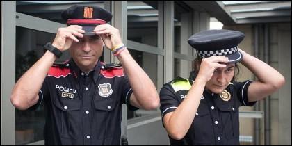 Cataluña: Un mosso y una policía local.