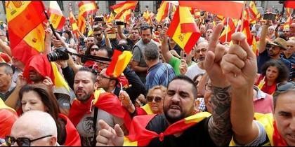 Manifestación a favor de la unidad con España frente a la Generalitat en la plaza Sant Jaume.