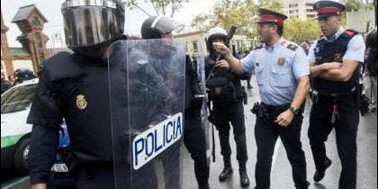 Rifirrafe entre Policía Nacional y Mossos, que apoyan el referéndum ilegal del 1-O.