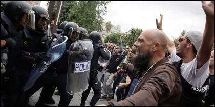 Manifestantes independentistas hostigan y bloquean el paso a la Policía Nacional.