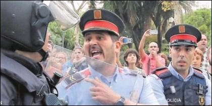 Un agente de la Guardia Civil escucha improperios de un Mosso partidario del referéndum ilegal del 1-O.