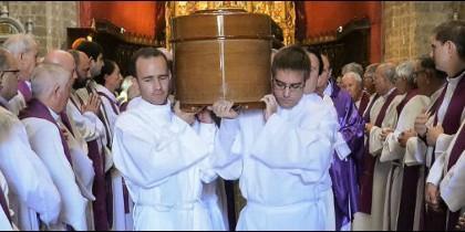 Seminaristas cargan con el féretro de Fernando, el rector de Valladolid