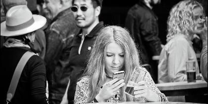 Chica con móvil