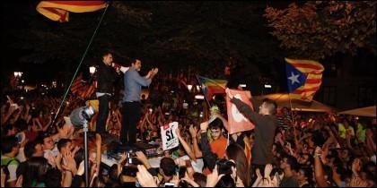 Jordi Sánchez y Jordi Cuixart, sobre un coche de la Guardia Civil