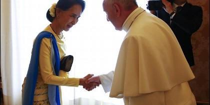El Papa con la consejera de Estado de Myanmar, Aung San Suu Kyi