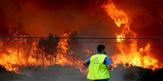 Un policía nacional en los incendios en Galicia.