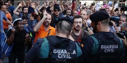 Independententistas catalanes de todos los colores acosan a la Guardia Civil.