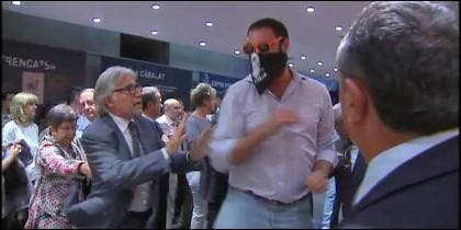 El ex diputado de CIU Josep Sánchez Llibre forcejea con uno de los asaltantes de la Librería Blanquerna.