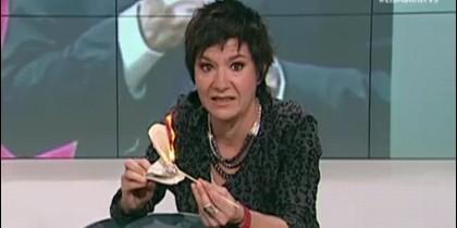 Empar Moliner, quemando en directo un ejemplar de la Constitución Española