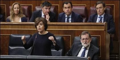 La vicepresidenta, Soraya Sáenz de Santamaría, con Mariano Rajoy.
