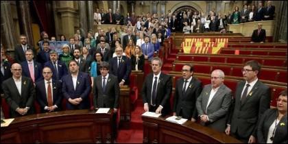 Puigdemont y los diputados independentistas cantan 'Els Segadors', en un Parlament semivacío.