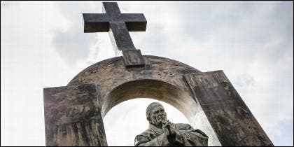 Estatua de Papa San Juan Pablo II en Ploërmel, Francia