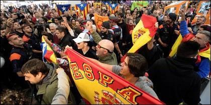 Bronca entre españolistas e independentistas en la Estación del AVE de Barcelona.