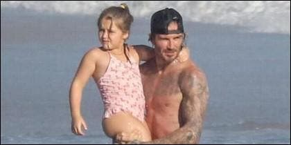 Harper en los brazos de David Beckham.