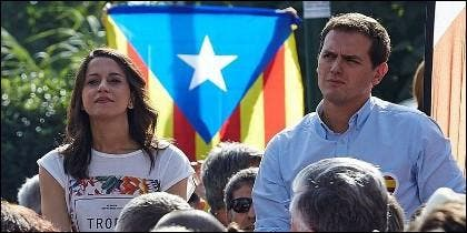 Ines Arrimadas y Albert Rivera, con los independentistas de la estelada boicoteando detrás.