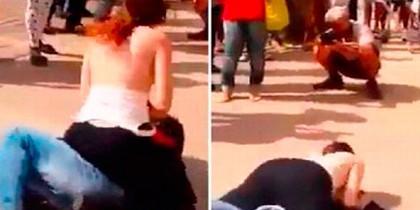 Chica golpea cara acosador con sus senos