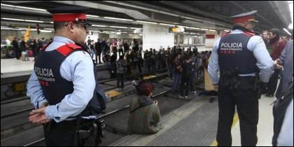 Los mossos mirando mientras los estudiantes independetistas bloquen el AVE en Barcelona.