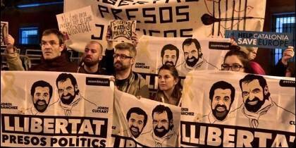 Manifestantes independentistas catalanes piden la liberación de Jordi Sánchez y Jordi Cuixart.