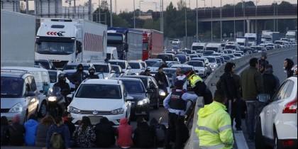 Carreteras cortadas y mossos mirando