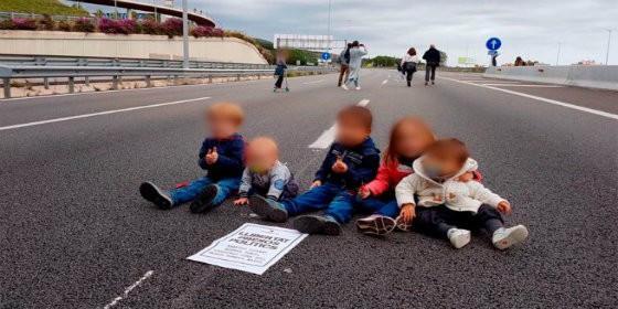 Niños usados por los piquetes en Cataluña