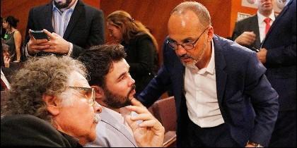 El portavoz del PDeCAT Carles Campuzano, con el portavoz de ERC, Joan Tardà, y Gabriel Rufián.