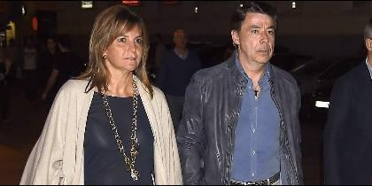 Ignacio González y su mujer, fuera de la carcel