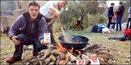 Enric Batlle, CEO de Arroz Nomen, preparando una calderada de arroz.