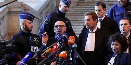 Paul Bekaert, el abogado de Puigdemont atiende a los medios tras la vista en el Palacio de Justicia de Bruselas.