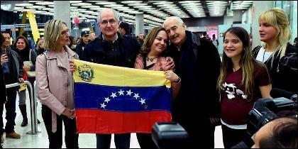 Antonio Ledezma recibido en Madrid por con su esposa Mitzy Capriles, y sus hijas Mitzy y Antonietta.