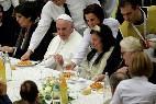 Francisco almuerza con pobres en el Vaticano