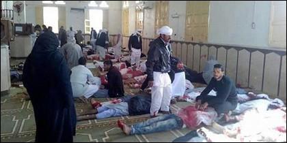 Imagen del atentado en una mezquita de Egipto.