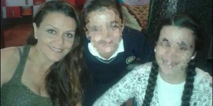 Zulima, con dos trenzas, en la cafetería familiar junto a su madre, Sofía, y una de sus hermanas