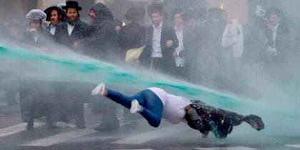 Mujer vuela por cañón de agua